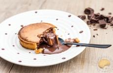 Tartelettes soufflées au chocolat, pâte sablée au praliné et sauce chocolat/praliné