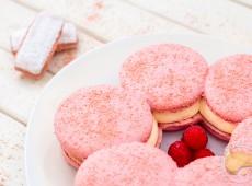 Le Macaron rémois : Macaron géant aux biscuits roses, mousse au Champagne et cœur coulant à la framboise