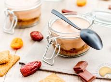 Mousse au chocolat améliorée : miettes de spéculoos, marmelade de fruits secs et crème de caramel au beurre salé
