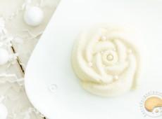 Roses des neiges : mousse vanille et cœur noisette
