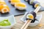 Sushis sucrés en trompe-l'œil. Makis exotiques : mangue/passion, sushis aux agrumes : yuzu/pamplemousse et makis kiwi/banane/avocat/gingembre