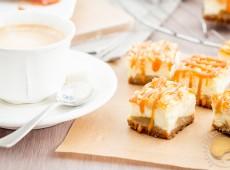 Carrés crousti-fondants façon cheese-cake aux pommes et caramel au beurre salé