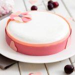 Un bel entremets pour fêter les mamans: macaron aux biscuits roses, compotée de cerises et ganache montée à l'amande amère